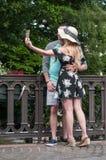 Par av turisten som tar en selfy bild på bron i den lilla Venise fjärdedelen i Colmar Royaltyfri Fotografi