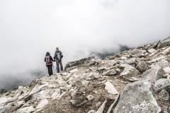 Par av turister överst av berget Fotografering för Bildbyråer