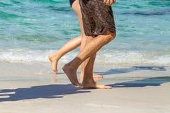 Par av turister går vid havet Arkivfoto