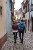 Par av turister i liten väg av Colmar Arkivbilder