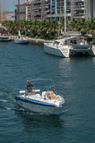 Par av turister på motorbåten i kanalen Royaltyfria Foton