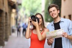 Par av turister som fotograferar gränsmärken royaltyfri foto