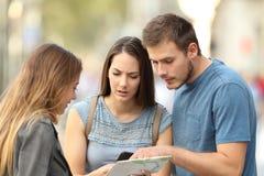Par av turister som frågar för hjälp på gatan arkivbild