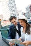 Par av turister som ser stadsöversikten Arkivbilder