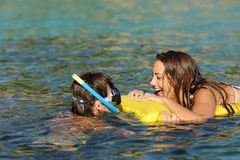 Par av turister som skrattar, medan bada på stranden arkivbild