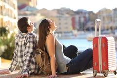 Par av turister som tycker om semestrar Arkivfoto