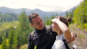 Par av turister som ut ser in i avståndet i bergen arkivfilmer