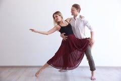 Par av unga dansare Arkivbilder
