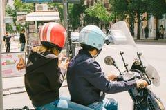 Par av unga vuxna människor på sparkcykeln Royaltyfri Foto