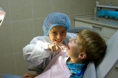Par av ungar som spelar doktorn på tandläkaren Arkivbild