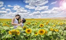 Par av vänner i fält av solrosor Arkivfoto