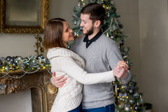Par av vänner som dansar nära julgranen Arkivbild