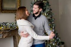Par av vänner som dansar nära julgranen Fotografering för Bildbyråer