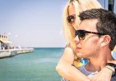 Par av vänner som lämnar för ett romantiskt fartyg, snubblar Arkivfoto