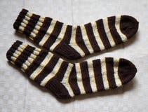 Par av varma woolen färgrika stack sockor på en linnebakgrund Royaltyfri Bild