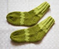 Par av varma woolen färgrika stack sockor på en linnebakgrund Arkivbilder