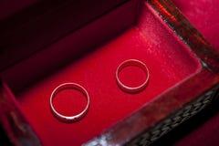 Par av vigselringar i en ask Fotografering för Bildbyråer