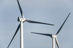 Par av vindturbiner Arkivbild