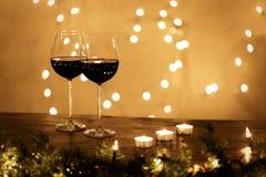 Par av vinexponeringsglas på tabellen Arkivfoton