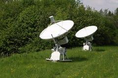 Par av vita antenner för radioteleskop Arkivbild