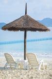Par av vita stolar på det resande destinationshavet sätter på land Royaltyfri Bild