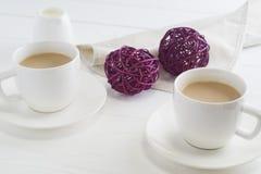 Par białe filiżanki kawy na białym drewnianym tle Zdjęcia Royalty Free