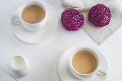 Par białe filiżanki kawy na białym drewnianym tle Fotografia Royalty Free