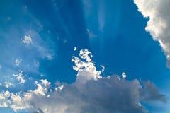 Par derrière les nuages Photo stock
