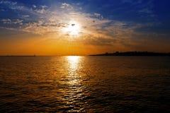 Par des nuages sur les flux de lumière de mer Images stock