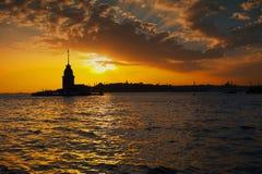 Par des nuages sur les flux de lumière de mer Photo libre de droits