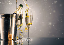 Par exponeringsglas av champagne guld- tema för bakgrundsberömchampagne Royaltyfria Bilder