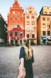 Par följer att rymma händer som tillsammans reser i Stockholm royaltyfria foton