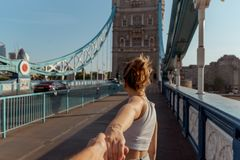 Par följer mig begreppet på tornbron i london royaltyfria bilder