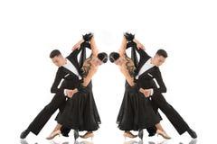 Par för balsaldans i en dans poserar isolerat på vit royaltyfri fotografi