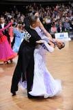 Par för balsaldans som dansar på konkurrensen Royaltyfri Fotografi