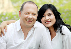 Par för blandad race arkivfoton
