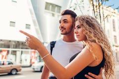 Par för blandat lopp av turister som går i stad Gående shoppa för arabisk man och för vit kvinna arkivbilder