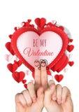 Par för förälskelse för fingrar för valentin` s och är min valentintext, och pappersvalentinhjärtor i cirkel formar Royaltyfri Fotografi