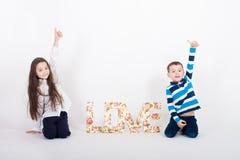Par för flicka för pojke för dag för ungeförälskelsevalentin romantiska Royaltyfri Bild