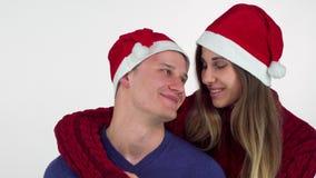 Par för lycklig jul som kramar och ler på de stock video