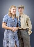 Par för ung arbetare i tappningkläder Royaltyfria Foton