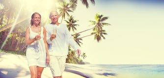 Par firar smekmånad tropiskt strandromantikerbegrepp arkivfoto