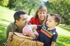 Par för blandat lopp ger deras son en spargris på parkera Arkivbilder
