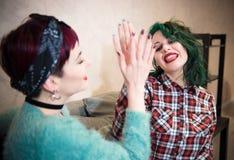 Par för unga kvinnor som ler lycklig höjdpunkt fem Royaltyfria Foton