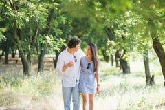 Par går i en trädgård Arkivfoto