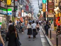 Par går ner Osaka Street Arkivfoton