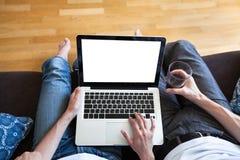 Par genom att använda datoren med den tomma skärmen royaltyfri foto