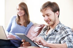 Par genom att använda Digital teknologi hemma Arkivfoto