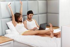 Par genom att använda kreditkorten för att shoppa på internet Arkivfoto