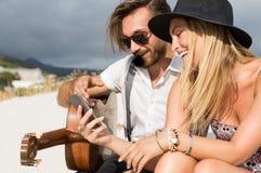 Par genom att använda smartphonen Royaltyfri Bild